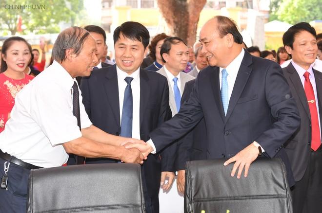 Thủ tướng thăm hỏi các thầy cô giáo của trường Đa Phúc. Ảnh: VGP/Quang Hiếu