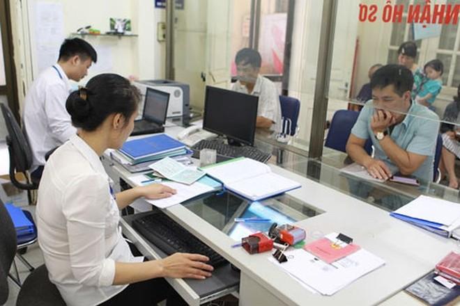 Người dân đến giao dịch tại bộ phận một cửa phường Quang Trung (quận Đống Đa, Hà Nội), nơi đã áp dụng Bí thư Đảng ủy kiêm Chủ tịch UBND phường
