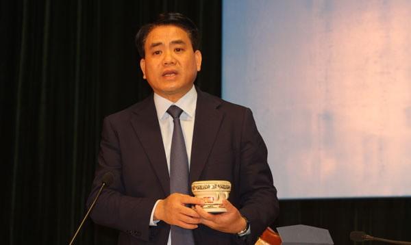 Chủ tịch Hà Nội Nguyễn Đức Chung giới thiệu mô hình trống đồng làm từ gốm Chu Đậu để tặng các phóng viên quốc tế và trong nước đến đưa tin hội nghị thượng đỉnh Mỹ - Triều