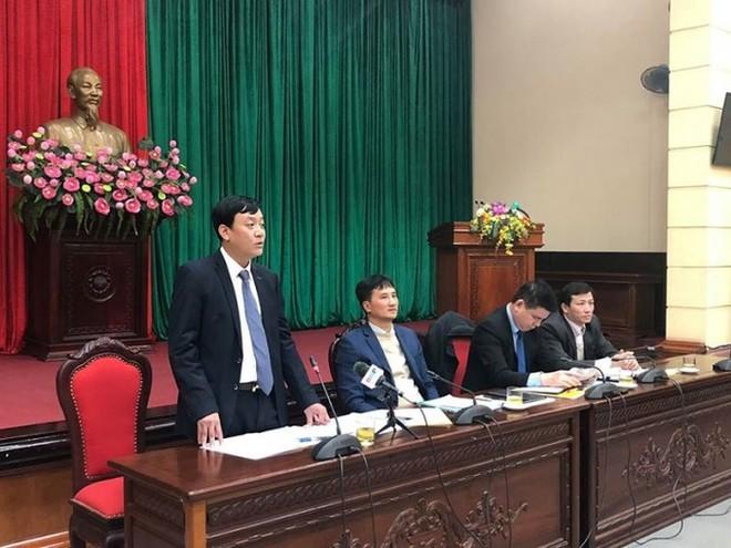 Ông Nguyễn Văn Dũng (người đứng) phát biểu tại hội nghị giao ban báo chí hàng tuần do Ban Tuyên giáo Thành ủy Hà Nội tổ chức