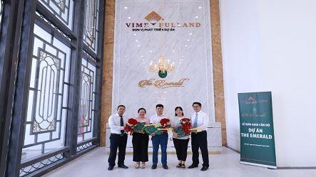 Đại diện chủ đầu tư, đại diện thương hiệu Vimefulland trao hoa và chìa khóa căn hộ cho 3 cư dân đầu tiên dự án The Emerald
