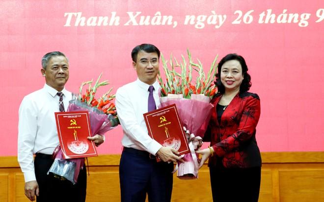 Phó Bí thư Thường trực Thành ủy Hà Nội Ngô Thị Thanh Hằng trao Quyết định cho ông Vũ Cao Minh và ông Nguyễn Xuân Lưu.