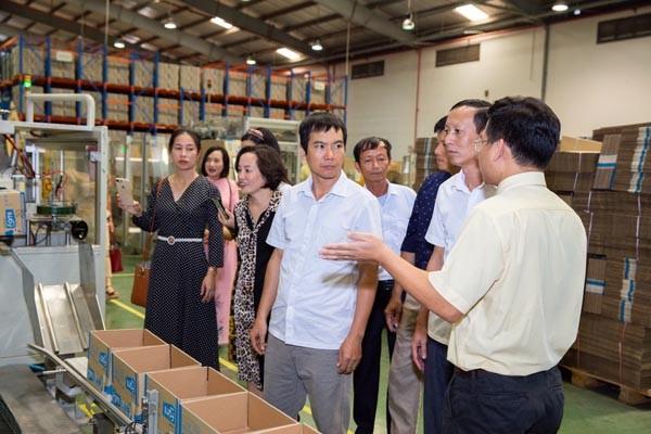 Đại diện thầy cô các trường thụ hưởng đến thăm quan dây chuyền Nhà máy sữa đậu nành Vinasoy Bắc Ninh