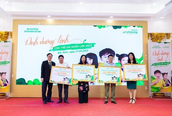 Ông Ngô Văn Tụ - Giám đốc Quỹ Khuyến học Sữa đậu nành Việt Nam trao sữa cho đại diện 4 tỉnh tại chương trình