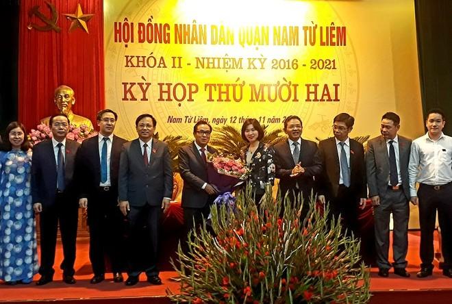 Phó Chủ tịch HĐND TP Hà Nội Phùng Thị Hồng Hà tặng hoa chúc mừng tân Chủ tịch HĐND quận Nam Từ Liêm