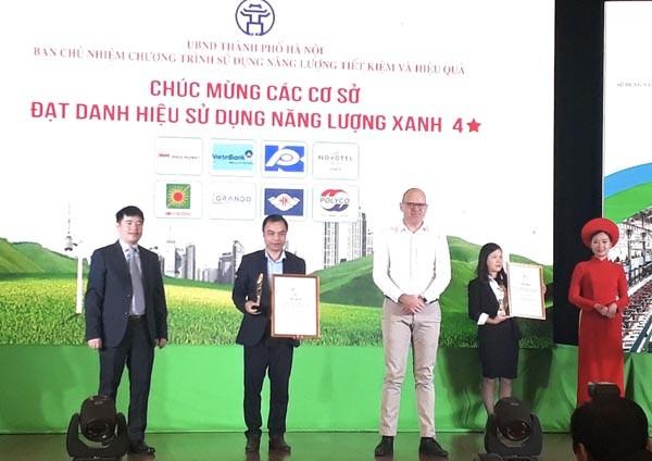 Đại diện công ty MM Mega Market Việt Nam (giữa) nhận danh hiệu Năng lượng xanh từ Ban tổ chức