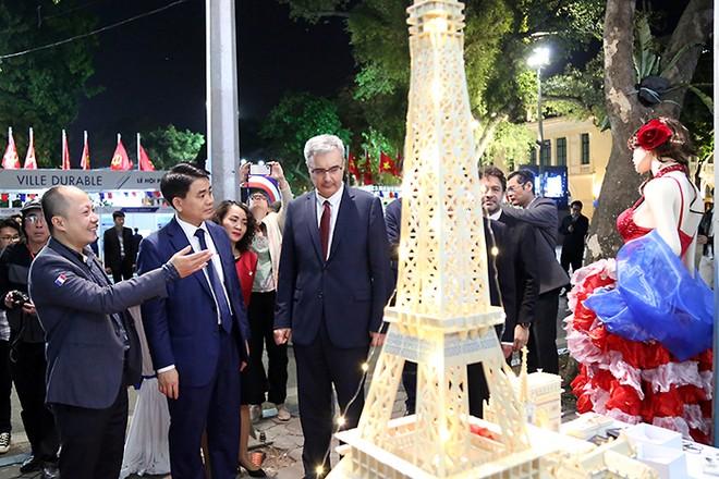Chủ tịch UBND TP Hà Nội Nguyễn Đức Chung và Đại sứ nước Cộng hòa Pháp tại Việt Nam Nicolas Warnery t