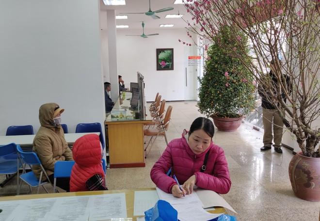 Vị khách đầu tiên tới làm thủ tục hành chính tại Chi nhánh Văn phòng đăng ký đất đai quận Hai Bà Trưng trong năm mới