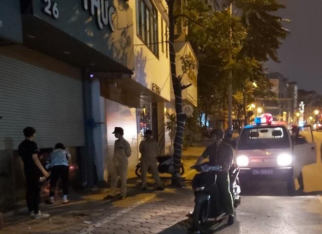 Lực lượng chức năng vận động người dân đóng cửa tạm thời cơ sở kinh doanh