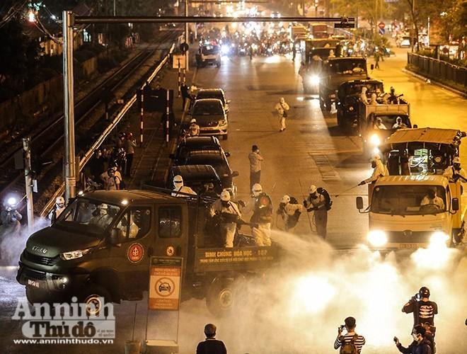 Lực lượng chức năng phun khử khuẩn khu vực bệnh viện Bạch Mai