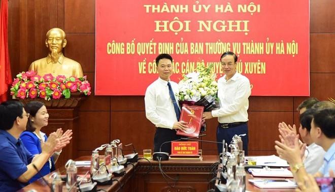 Ông Nguyễn Xuân Thanh (bên trái) chính thức được phê chuẩn làm Chủ tịch UBND huyện Phú Xuyên