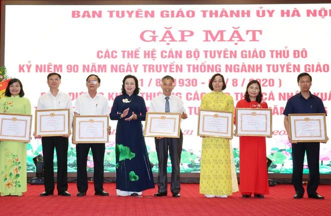 Phó Bí thư Thường trực Thành ủy Ngô Thị Thanh Hằng trao Bằng khen của Thành ủy cho các tập thể và cá nhân xuất sắc.