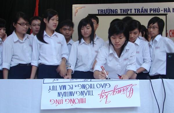 Học sinh cam kết thực hiện ý thức giao thông đúng Luật