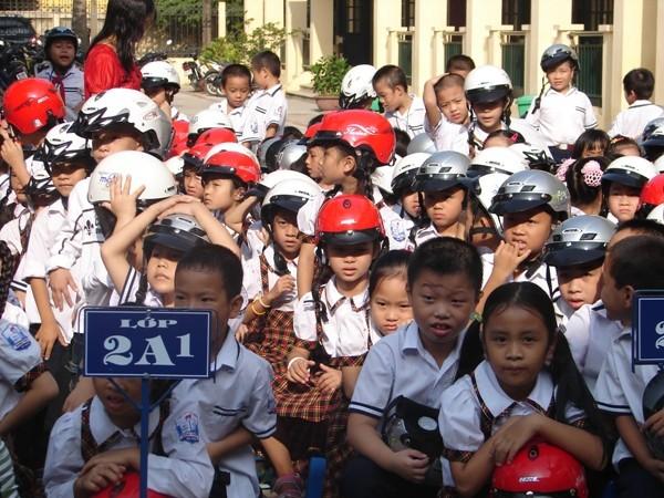 Giáo viên chủ nhiệm có trách nhiệm kiểm tra học sinh đội mũ bảo hiểm hàng ngày