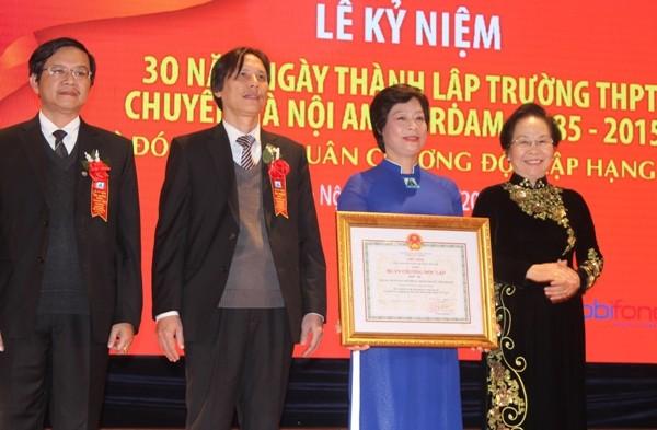 Phó Chủ tịch nước Nguyễn Thị Doan trao tặng Huân chương Độc lập hạng Nhì cho THPT Hà Nội - Amsterdam