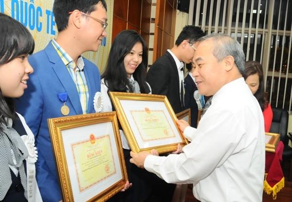 Bộ GD-ĐT quyết định tặng bằng khen ngay khi đón đoàn về Việt Nam đêm 15-5