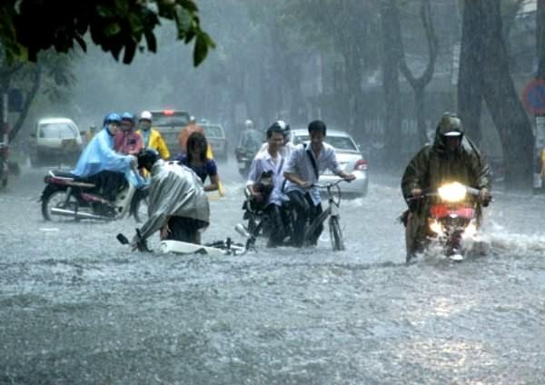 Do mưa lớn, trưa 19-8, các trường thông báo cho học sinh về sớm và nghỉ học buổi chiều (ảnh minh họa)