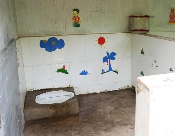 Nhà vệ sinh trường học có thể chưa hiện đại nhưng phải sạch sẽ