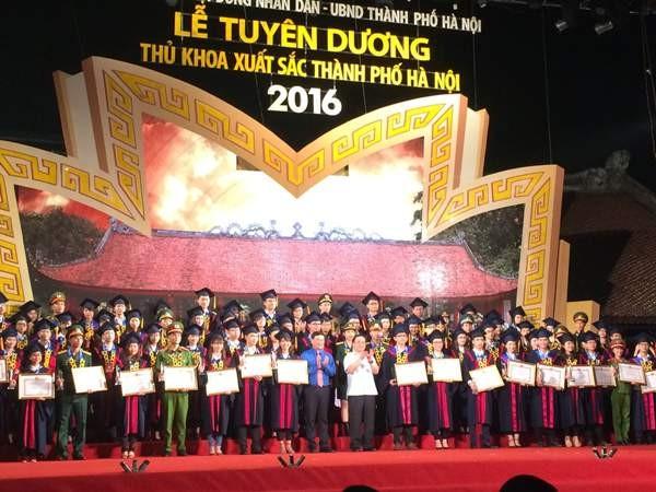 Bí thư Thành uỷ Hoàng Trung Hải trao bằng khen cho các Thủ khoa xuất sắc tối 28-8