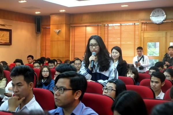 Đại diện học sinh phổ thông cũng tham gia ý kiến với Đoàn Đại biểu Quốc hội thành phố