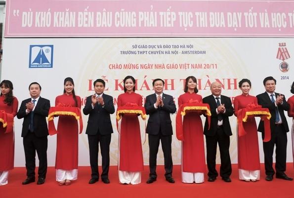 Phó Thủ tướng Chính phủ Vương Đình Huệ, Chủ tịch UBND TP Nguyễn Đức Chung cắt băng khánh thành Không gian truyền thống Hà Nội-Amsterdam