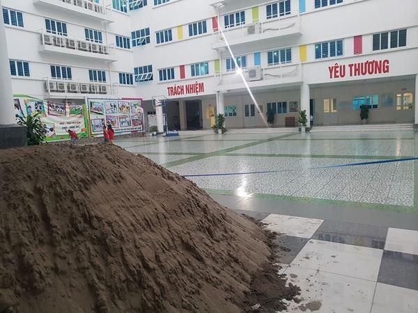 Học sinh trường Pascal phải đi khai giảng nhờ vì sân trường bị đổ đầy đất cát