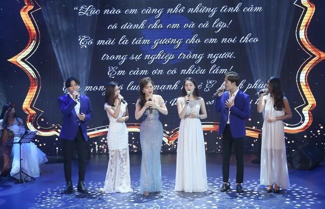 Ca sĩ Hương Tràm đắm say trong lời hát thay lời cảm ơn thầy cô trước những bước đi thành công của mình trong âm nhạc