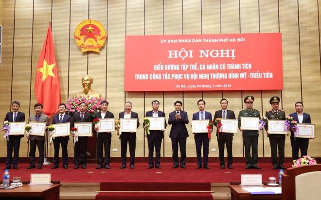 Chủ tịch UBND TP Hà Nội Nguyễn Đức Chung tặng bằng khen cho các tập thể xuất sắc trong phục vụ Hội nghị Thượng đỉnh Mỹ-Triều Tiên