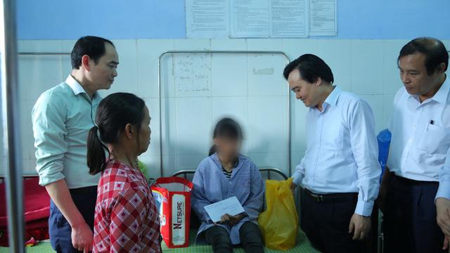 Bộ trưởng Phùng Xuân Nhạ thăm hỏi, động viên em H.Y đang điều trị tại bệnh viện ngày 31-3