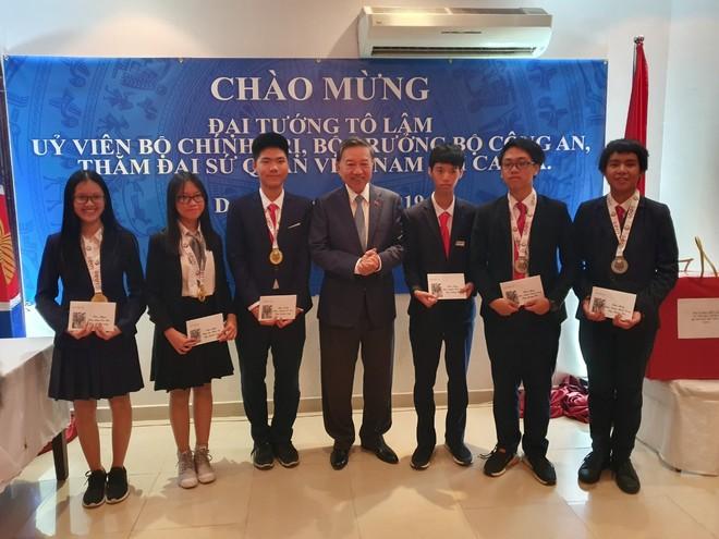 Đại tướng Tô Lâm, Ủy viên Bộ Chính trị, Bộ trưởng Bộ Công an đến thăm Đại sứ quán Việt Nam tại Qatar và thưởng nóng cho 6 học sinh đạt giải