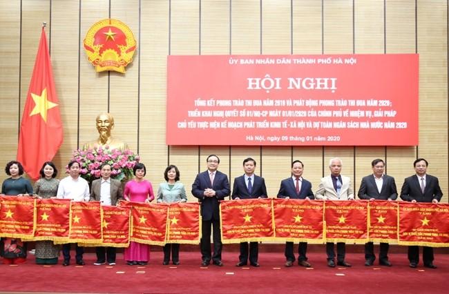 Bí thư Thành ủy Hoàng Trung Hải trao cờ thi đua cho các đơn vị xuất sắc trong năm 2019