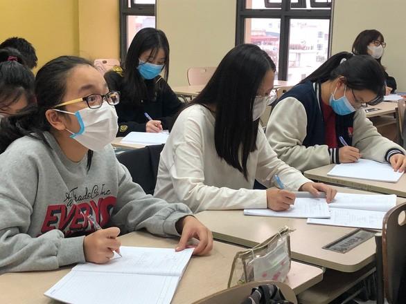 Học sinh trường Marie Curie ngồi học trên lớp vẫn bịt khẩu trang