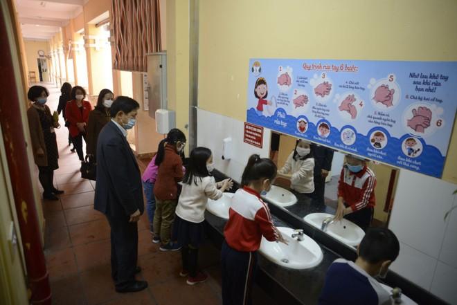 Bộ GD-ĐT lưu ý các trường đặc biệt rèn luyện thói quen rửa tay thường xuyên, đúng lúc, đúng cách cho học sinh để phòng dịch Covid-19