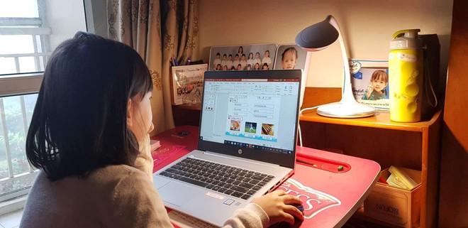 Học sinh trường liên cấp Wellspring tự học tại nhà theo hướng dẫn trực tuyến