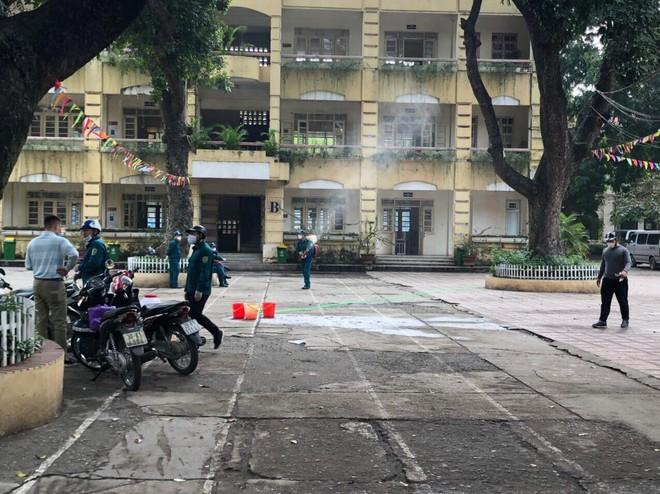 Các trường học ở Hà Nội vẫn tiến hành vệ sinh chờ đón học sinh đi học trở lại