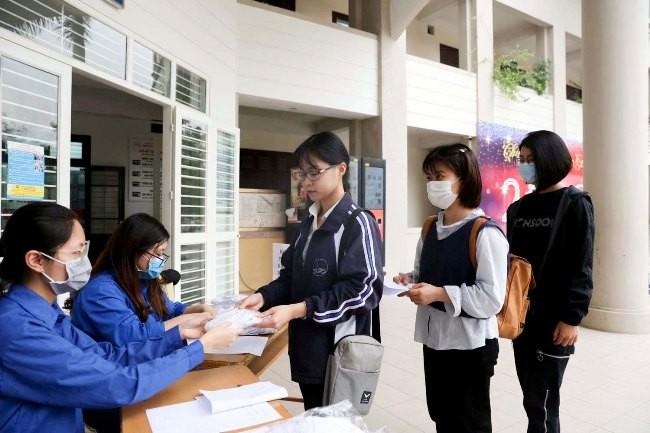 Sinh viên ĐHQG Hà Nội trở lại trường và được phát khẩu trang để phòng dịch Covid-19