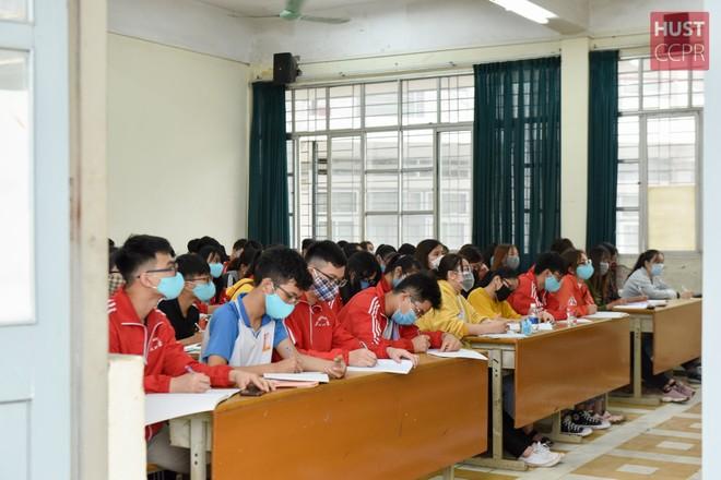 Sinh viên ĐH Bách khoa Hà Nội dừng học tập trung sau 1 tuần quay lại trường