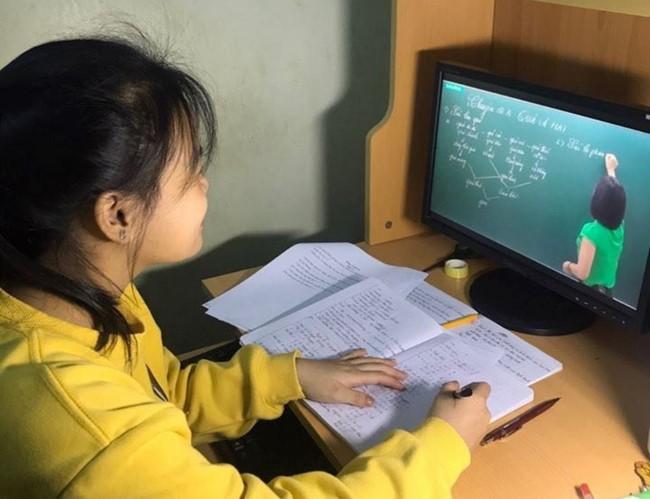 Hà Nội yêu cầu 100% học sinh lớp 9, lớp 12 tham gia học trên truyền hình