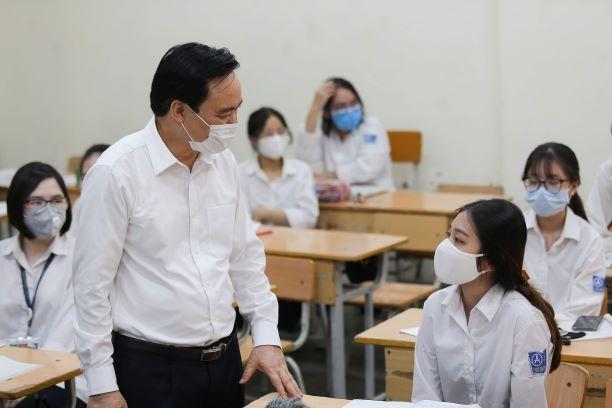 Bộ trưởng Bộ GD-ĐT Phùng Xuân Nhạ kiểm tra công tác dạy và học ngày đầu tiên ở Hà Nội