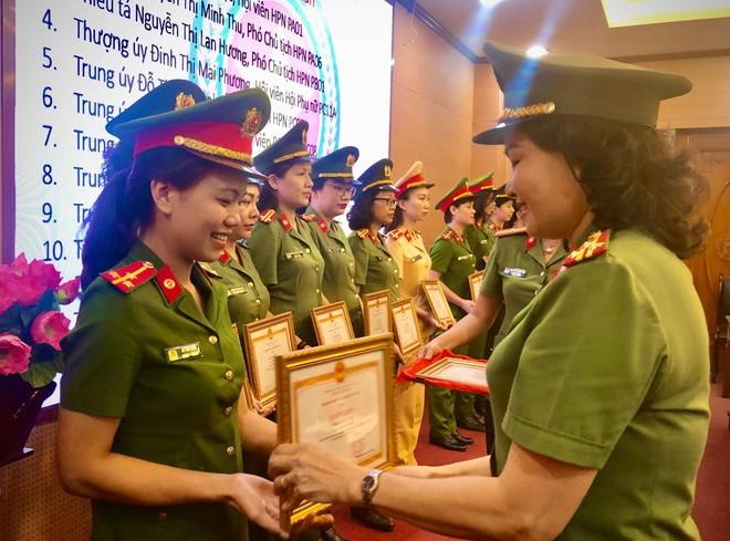 Thượng tá Vũ Thị Kim Yến, Chủ tịch Hội Phụ nữ CATP trao Giấy khen của CATP Hà Nội cho các cá nhân đạt thành tích xuất sắc trong đợt 1 phong trào thi đua năm 2020