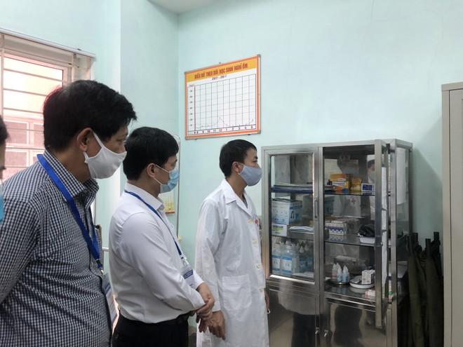 Phó Chủ tịch UBND TP Hà Nội kiểm tra công tác y tế đảm bảo phòng chống Covid-19 tại điểm thi trường THPT Nguyễn Gia Thiều chiều 7/8