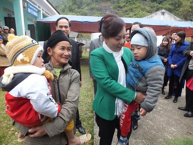 Bộ trưởng Bộ Y tế trực tiếp thăm bà con và trạm y tế xã Trường Hà (huyện Hà Quảng)
