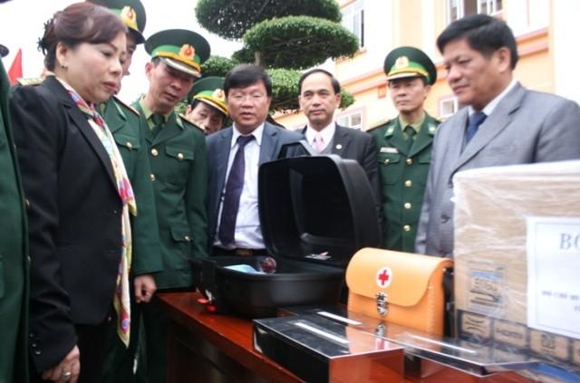Bộ trưởng Y tế trao tặng bộ cứu thương lưu động cho bộ đội biên phòng Cao Bằng