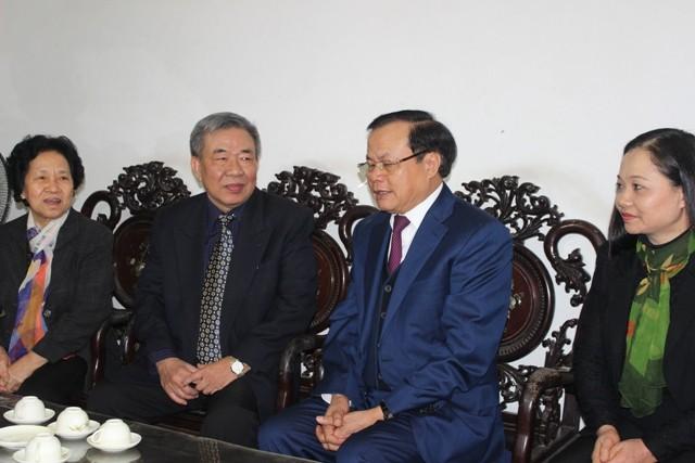 Bí thư Thành ủy Hà Nội thăm và chúc Tết các đồng chí nguyên lãnh đạo, các nhà khoa học, văn nghệ sĩ ảnh 3