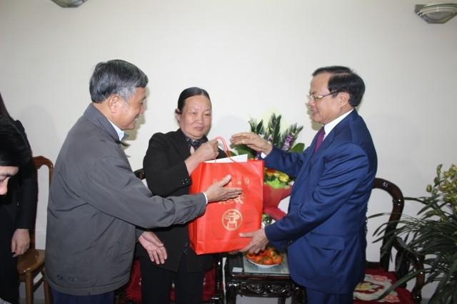 Bí thư Thành ủy Hà Nội thăm và chúc Tết các đồng chí nguyên lãnh đạo, các nhà khoa học, văn nghệ sĩ ảnh 4