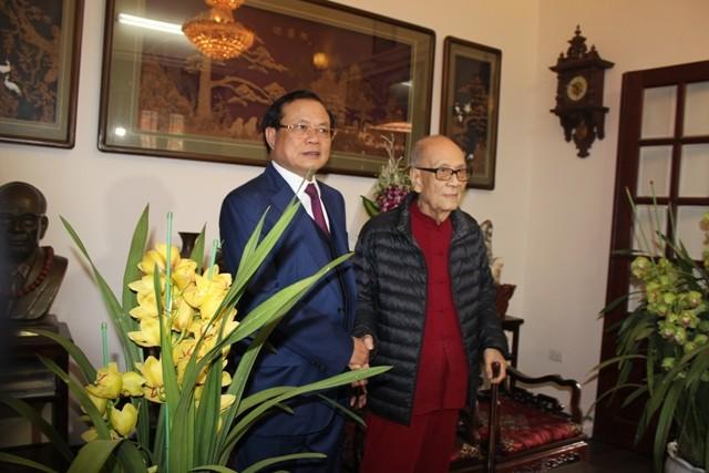 Bí thư Thành ủy Hà Nội thăm và chúc Tết các đồng chí nguyên lãnh đạo, các nhà khoa học, văn nghệ sĩ ảnh 5
