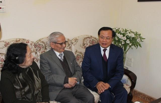 Bí thư Thành ủy Hà Nội thăm và chúc Tết các đồng chí nguyên lãnh đạo, các nhà khoa học, văn nghệ sĩ ảnh 6