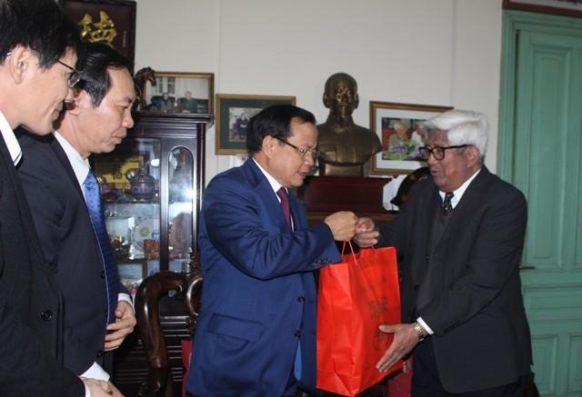 Bí thư Thành ủy Hà Nội thăm và chúc Tết các đồng chí nguyên lãnh đạo, các nhà khoa học, văn nghệ sĩ ảnh 1