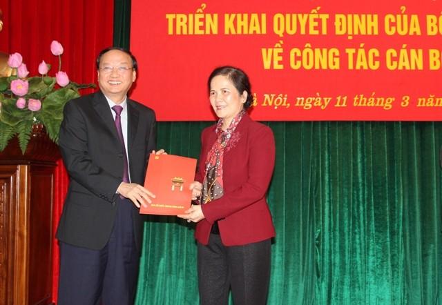 Trưởng ban Tổ chức Trung ương Đảng Tô Huy Rứa trao quyết định điều động cán bộ của Bộ Chính trị cho bà Ngô Thị Doãn Thanh