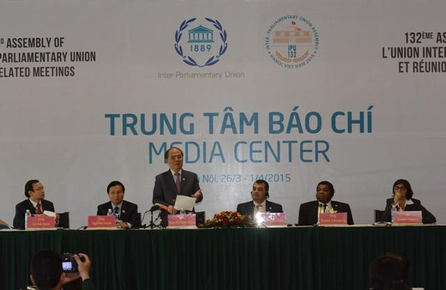 Chủ tịch Quốc hội Nguyễn Sinh Hùng trả lời báo chí tại cuộc họp báo chiều 1-4